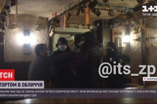 Тортом в лицо: в Запорожье владелец кафе напал на горожанина, который вызвал в заведение патрульных
