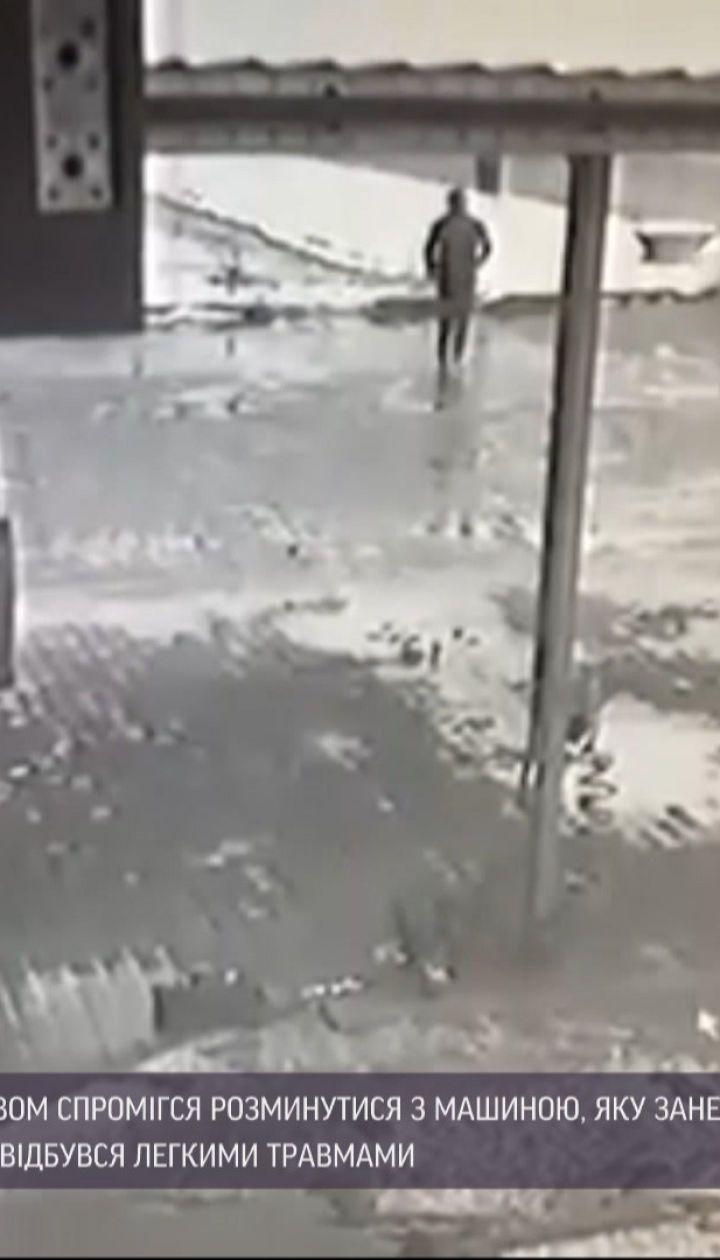 Білоруський бігун дивом розминувся з авто, яке занесло на дорозі