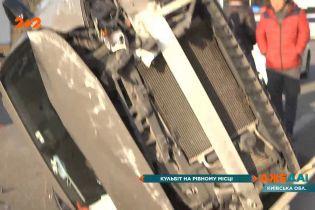 Перевернувшийся автомобиль посреди трассы: авария на выезде из столицы