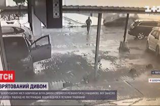 Спасенный чудом: в Беларуси бегун умудрился разминуться с машиной, которую занесло на дороге