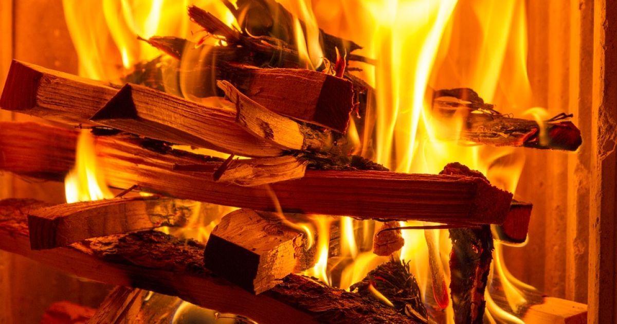 Киевляне отапливают высотки дровами, а чиновники согревают жителей обещаниями