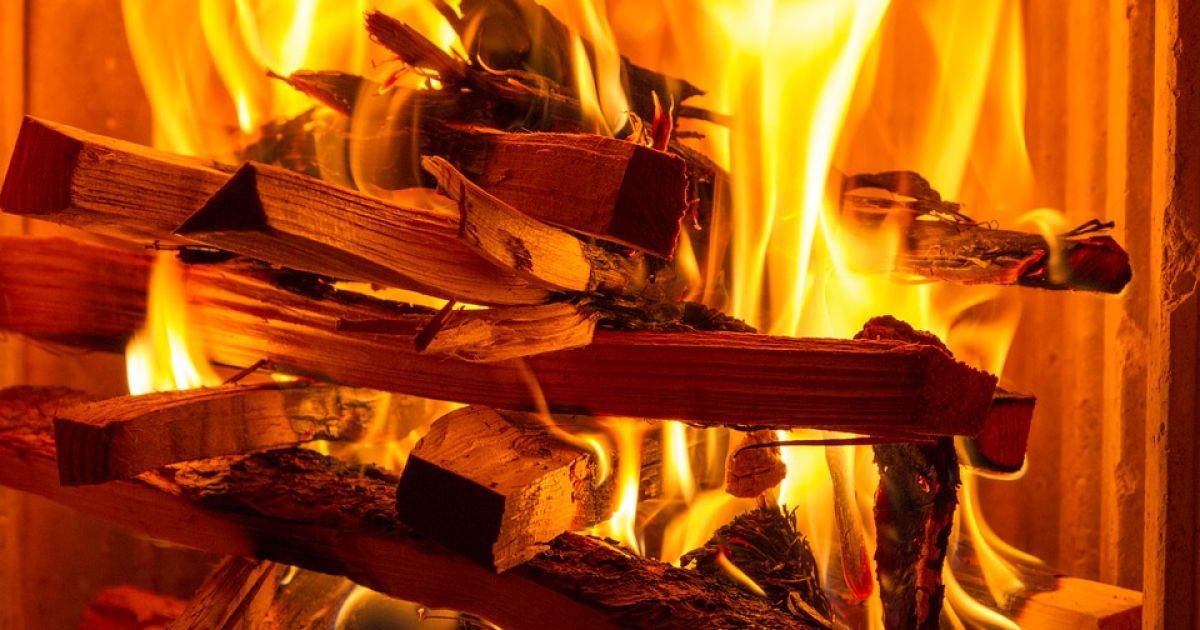 В Днепропетровской области двое мужчин курили на диване и погибли при пожаре