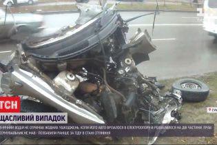В Сумах ВАЗ врезался в электроопору - машину разорвало пополам, но водитель чудом уцелел