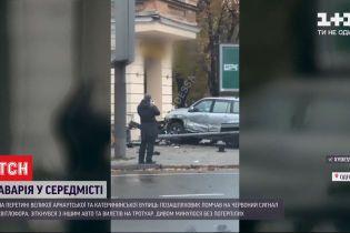Едва не протаранил дом: в Одессе внедорожник помчался на красный и врезался в ступеньки магазина