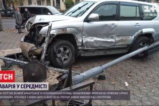 В центре Одессы внедорожник вылетел на тротуар