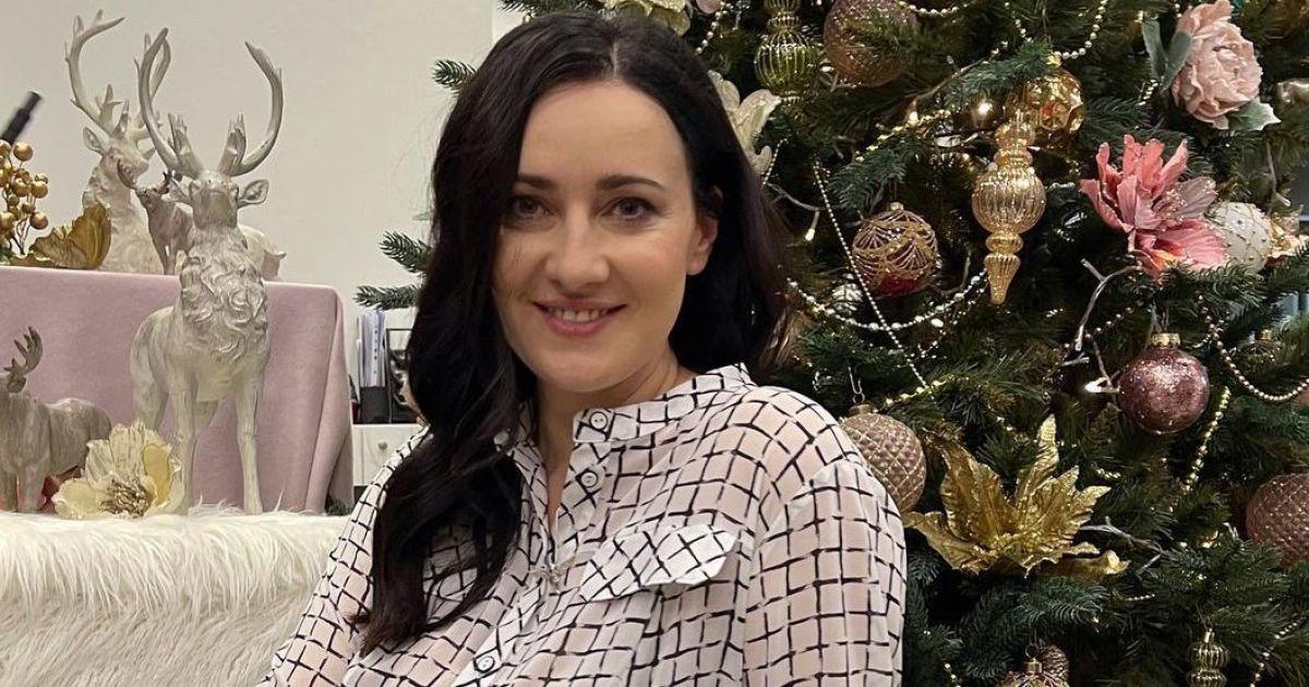 У картатій сукні та молочних чоботях: ніжна Соломія Вітвіцька влаштувала фотосесію біля ялинки