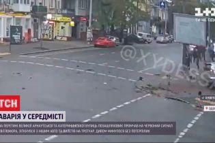 В Одессе внедорожник вылетел на перекресток и врезался в легковушку