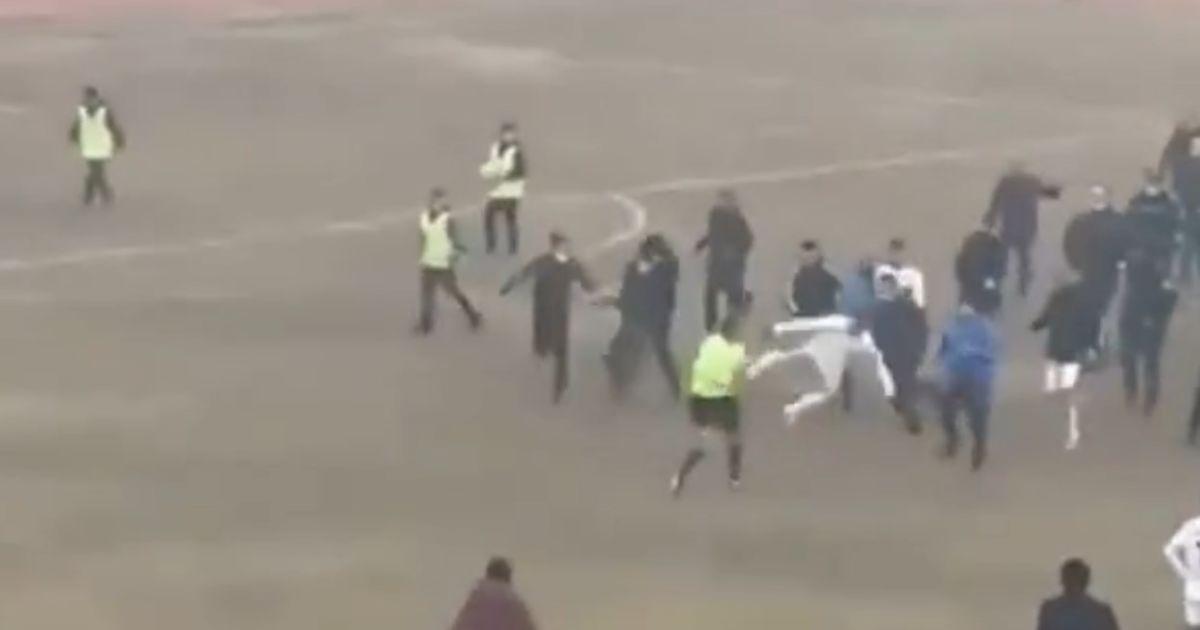 Відлупцювали суддів: в Узбекистані після гри футболісти влаштували масову бійку (відео)