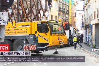 У Франції надзвичайники з краном евакуювали з квартири 300-кілограмового чоловіка
