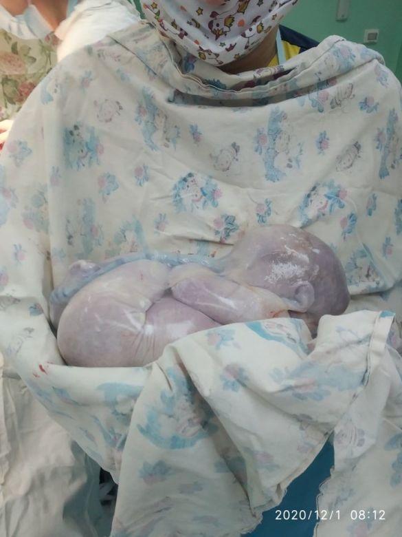 немовля у сорочці фото з ФБ