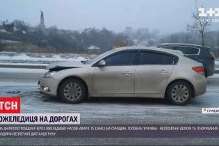 Перший сніг та непосипаний асфальт спровокували численні ДТП на українських дорогах