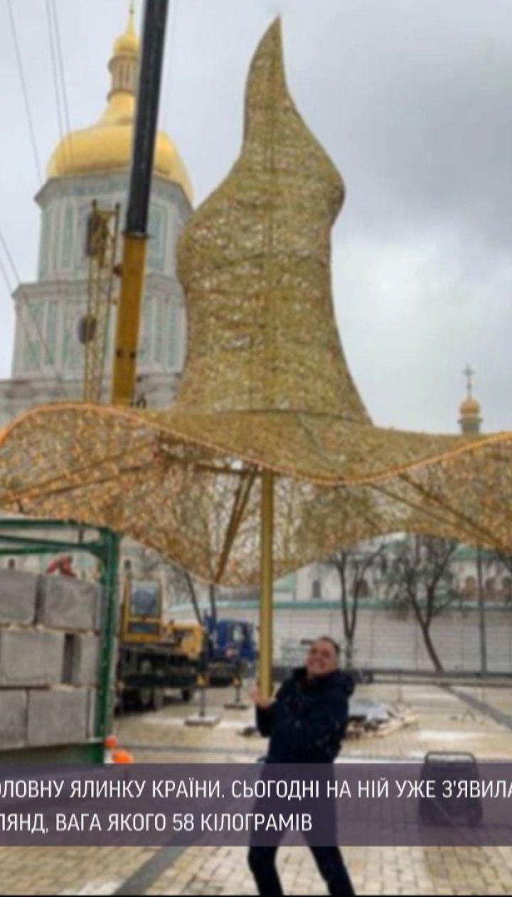 Елка в шляпе: в центре Киева монтируют главное дерево страны