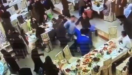 Російський боєць напідпитку влаштував бійку на весіллі: з'явилося відео