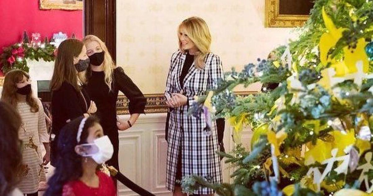 В клетчатом пальто и на шпильках: красивая Мелания Трамп встретила детей в Белом доме