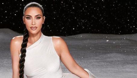 В асимметричном топе и босиком: эффектная Ким Кардашьян позировала на снегу