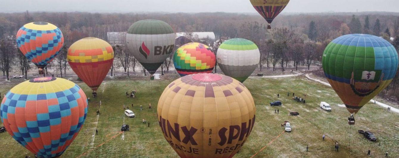 Полет со снежинками: как в Киеве состоялся первый фестиваль привязанных воздушных шаров (видео)