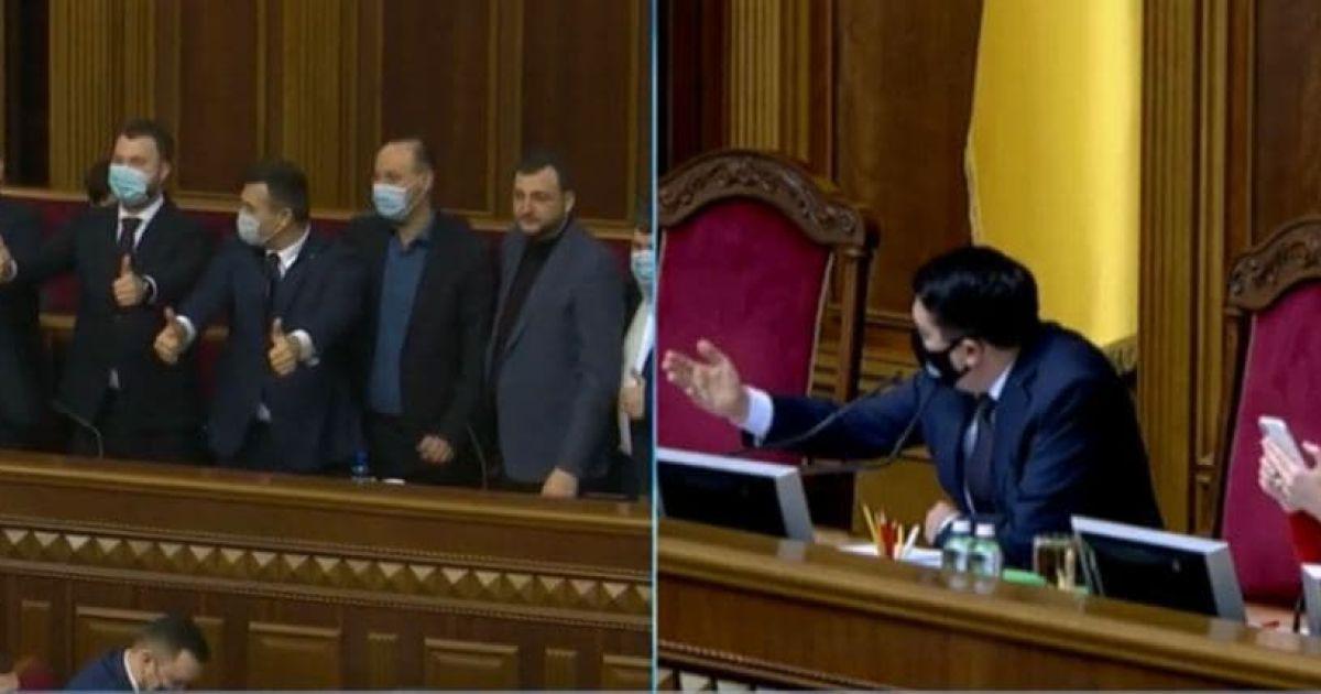 """""""А давайте підемо працювати"""": Разумков відчитав нардепів за фотосесію під час засідання Ради"""