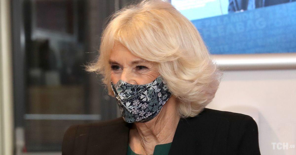 В улюбленому костюмі і новій масці: герцогиня Корнуольська в театрі