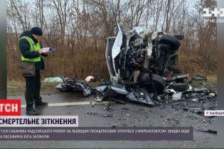 У Львівській області водій позашляховика виїхав на зустрічну і зіштовхнувся з мікроавтобусом