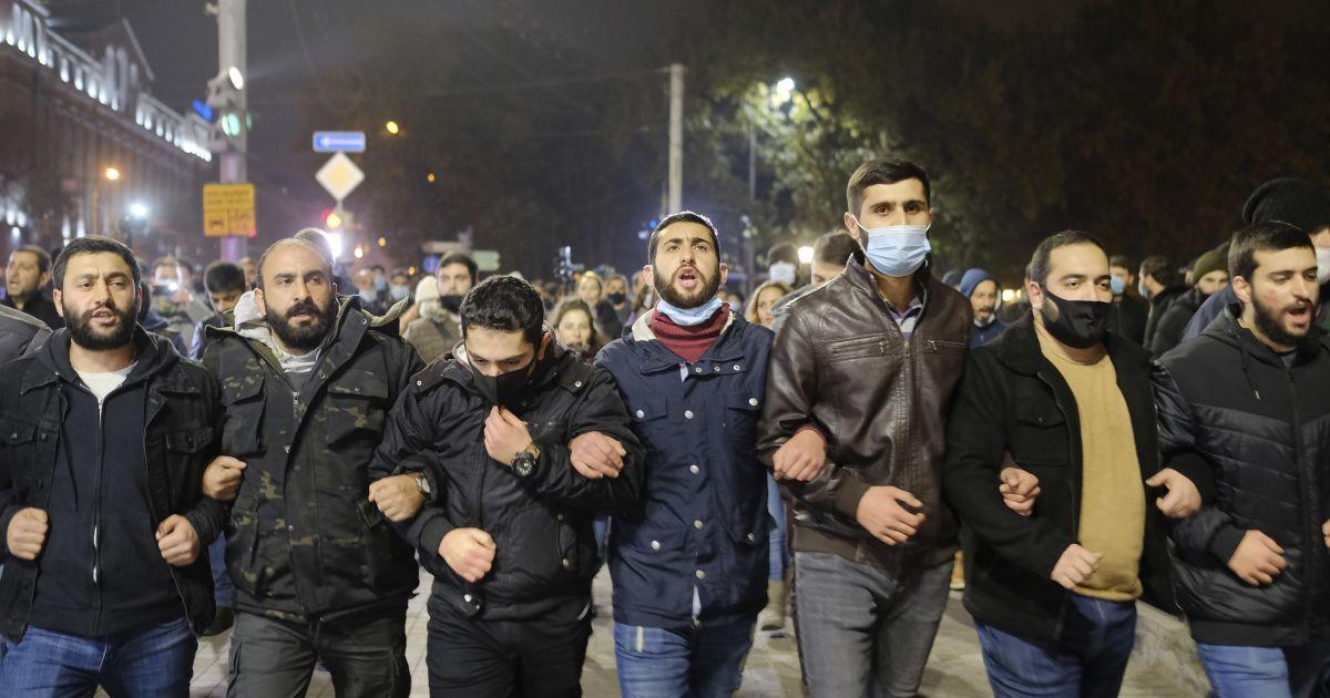 Сутички з поліцією і десятки затриманих: у Єревані не вщухають масові протести