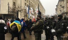 У Києві підприємці зносять паркан під Радою: відео