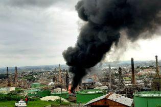 В ЮАР после взрыва пылает нефтеперерабатывающий завод
