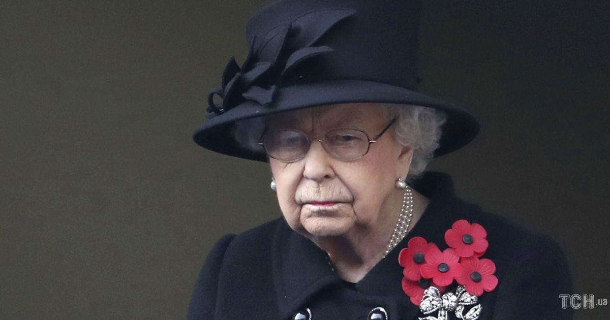 Королева Єлизавета одягнула на похорон чоловіка особливу прикрасу