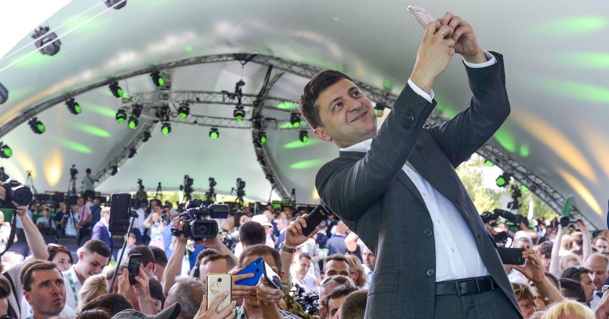 Зеленскому не доверяет более половины украинцев: новый опрос