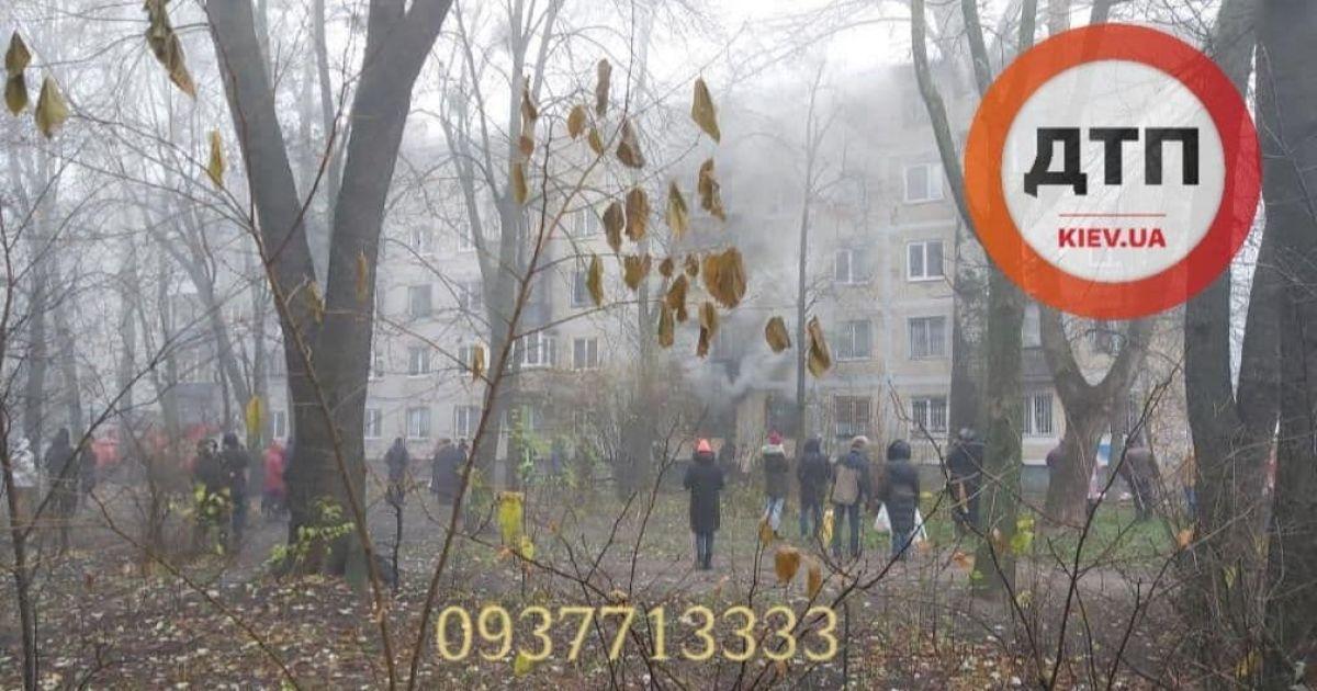 В Киеве пылает квартира: чтобы установить автолестницы, спасатели пилят деревья