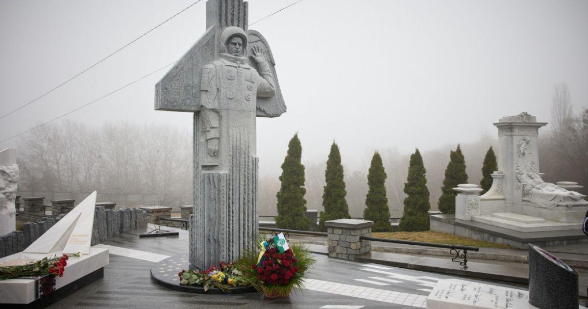 23-я годовщина возвращения украинца из космоса: в Киеве открыли памятник Леониду Каденюку