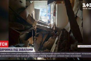 12-летняя девочка оказалась под завалами в собственном доме - в кухне обрушился аварийный потолок