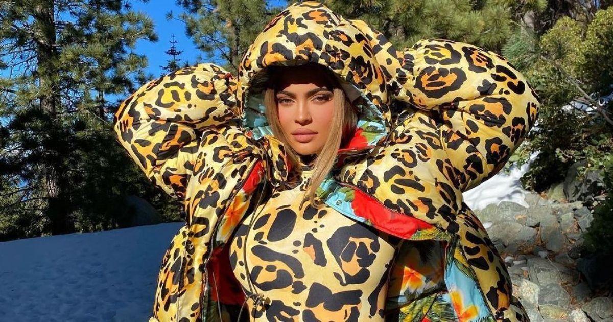 Блиснула формами в леопарді: Кайлі Дженнер відпочиває в горах