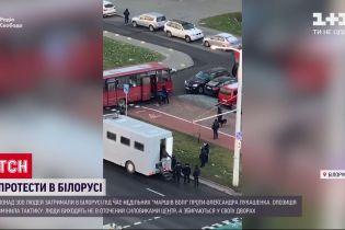 Во время воскресных маршей в Беларуси задержали три сотни людей