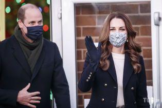 Стильная герцогиня Кэтрин и принц Уильям прибыли с визитом в Западный Йоркшир