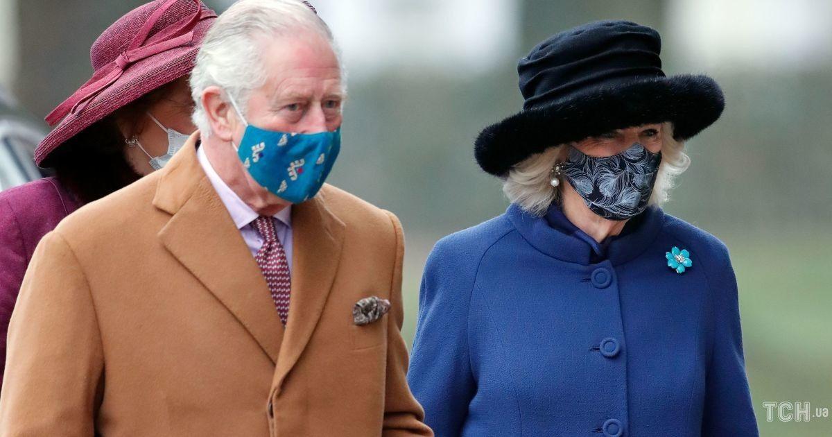 У синьому пальті і хутряному капелюсі: герцогиня Корнуольська з чоловіком Чарльзом відвідала службу