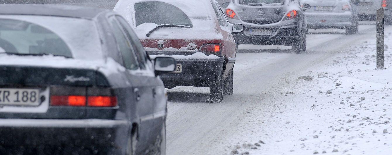 Автомобілістам розповіли, як визволити машину зі снігової пастки