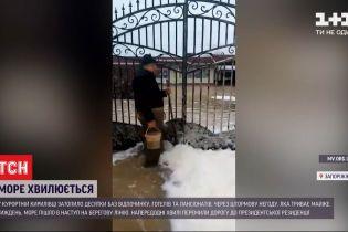 Море пішло в наступ: у Запорізькій області затоплені готелі та пансіонати
