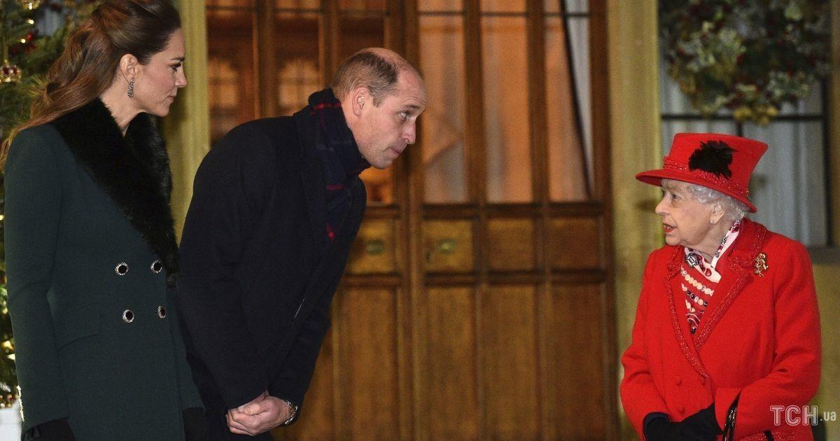 У червоному пальті: королева Єлизавета II зустрілася з Кейт та Вільямом і іншими рідними у Віндзорі