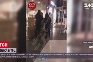У столичний ТРЦ охоронці не пустили чоловіка, який замотав обличчя шарфом замість маски