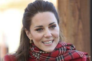 В красном платье в клетку: герцогиня Кембриджская продемонстрировала новый красивый лук