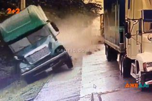 В Мексике у грузовика отказали тормоза: водитель пытался избежать массового замеса, но попал в аварию