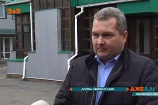 У Рівненській області село було фактично відрізаним від світу: жителі взяли ремонт асфальту у свої руки