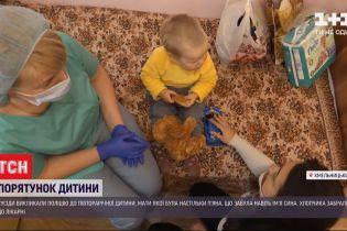 Брудний та голодний: у Хмельницькому копи забрали від мами півторарічного малюка
