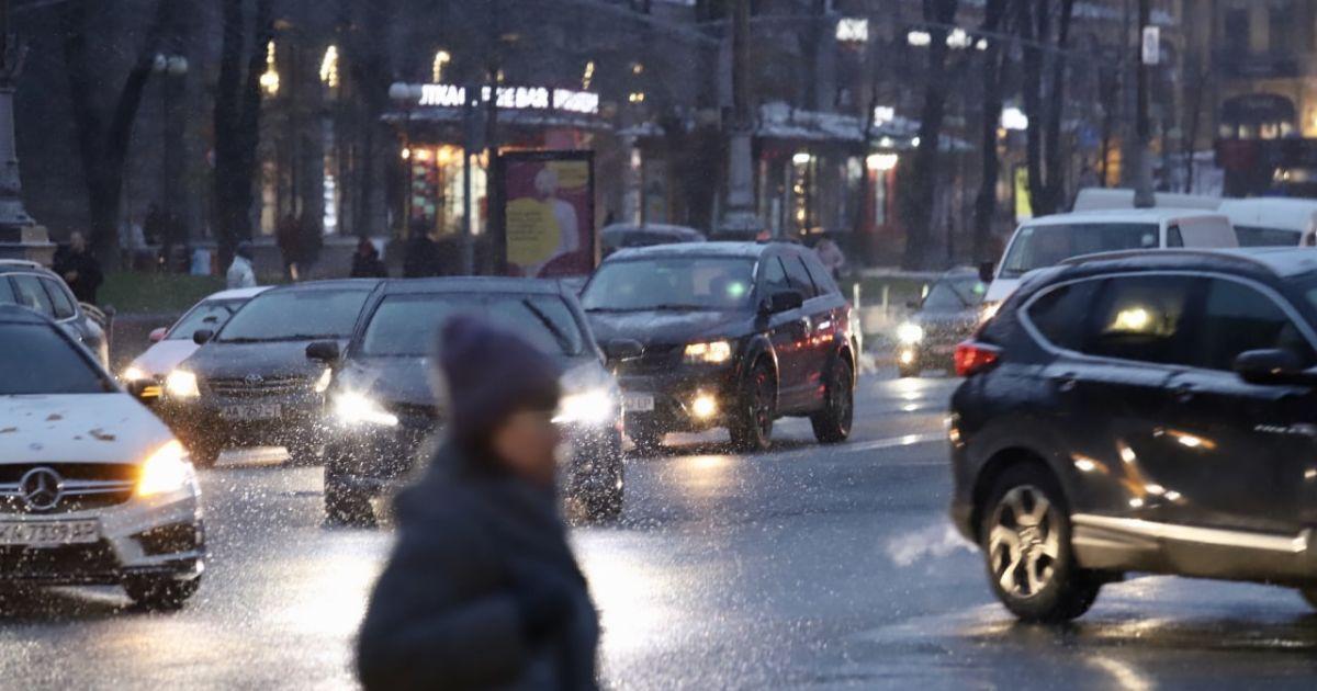 В Киеве продолжается борьба с гололедом: водителей призывают соблюдать безопасную дистанцию