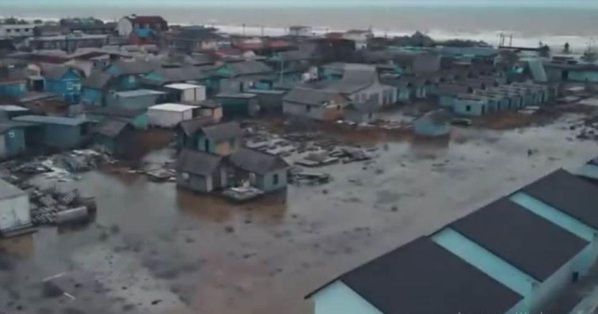 Последствия шторма в Кирилловке: вода затопила базы и дома и не отступает (видео)