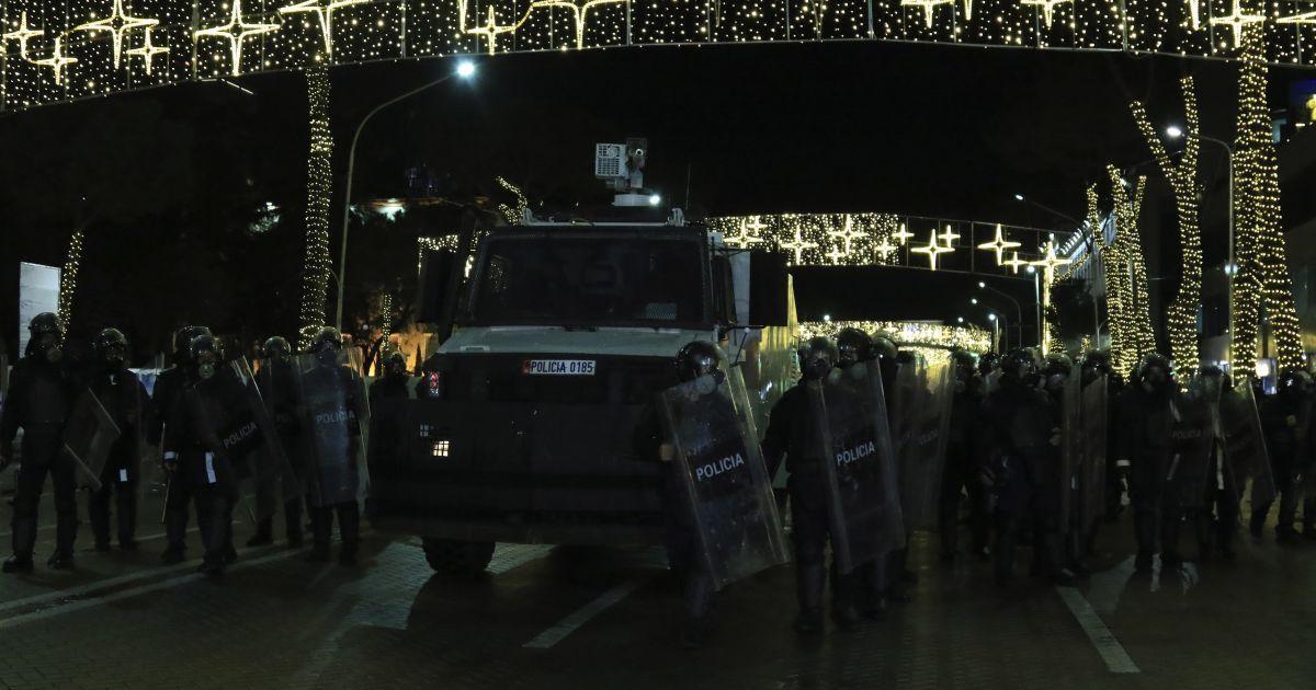 Убийство за нарушение комендантского часа: глава МВД Албании ушел в отставку