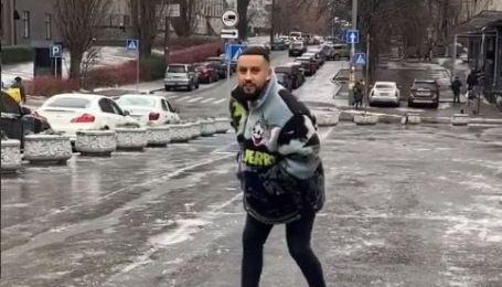 MONATIK в центре Киева устроил покатушки на гололедице