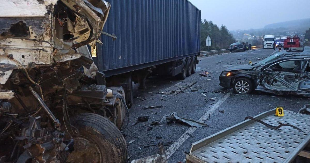 Моторошна ДТП під Вінницею: внаслідок зіткнення евакуатора з вантажівкою загинули двоє осіб