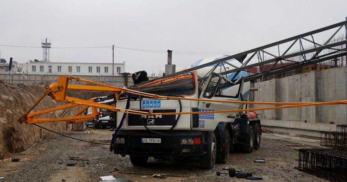 В Днепре строительный кран упал на бетономешалку: есть погибший
