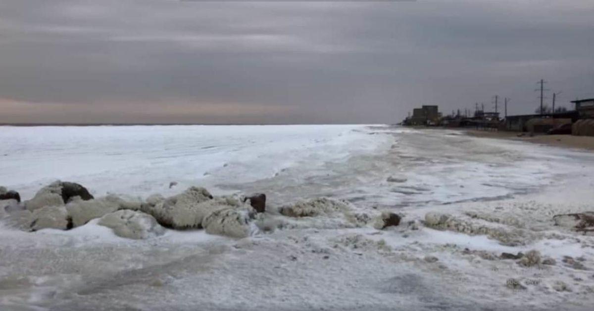 Заcтигшая в зимней красоте стихия: в Бердянске замерзло море (видео)